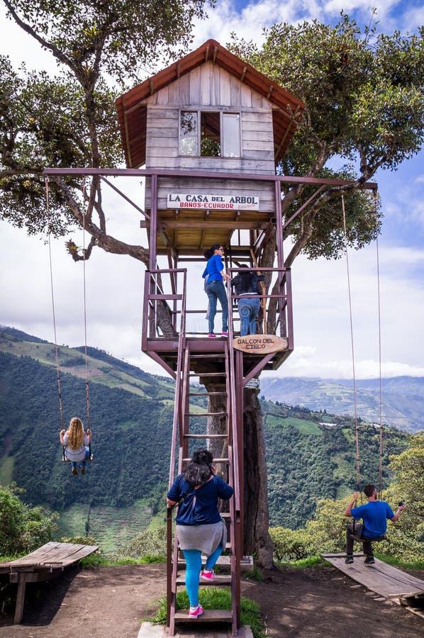 Oscillation géante de cabane dans un arbre dans les Andes dans Banos Equateur photographie stock libre de droits