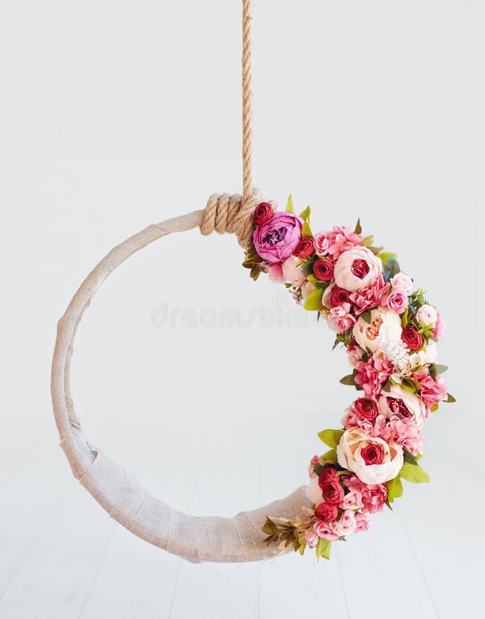 Oscillation nouveau-née de photographie de bébé, cercle accrochant floral de DIY photos stock