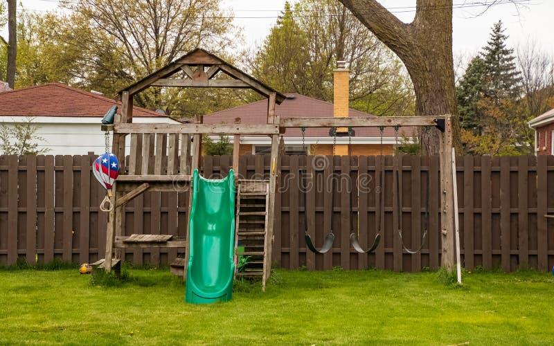 Oscillation réglée dans l'arrière-cour pendant le printemps image stock