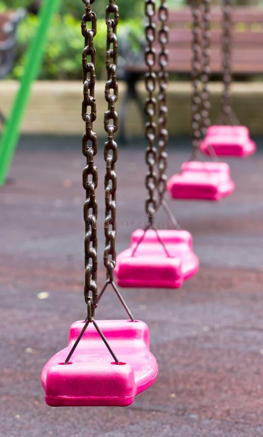 Oscillation rose dans le terrain de jeu. photographie stock