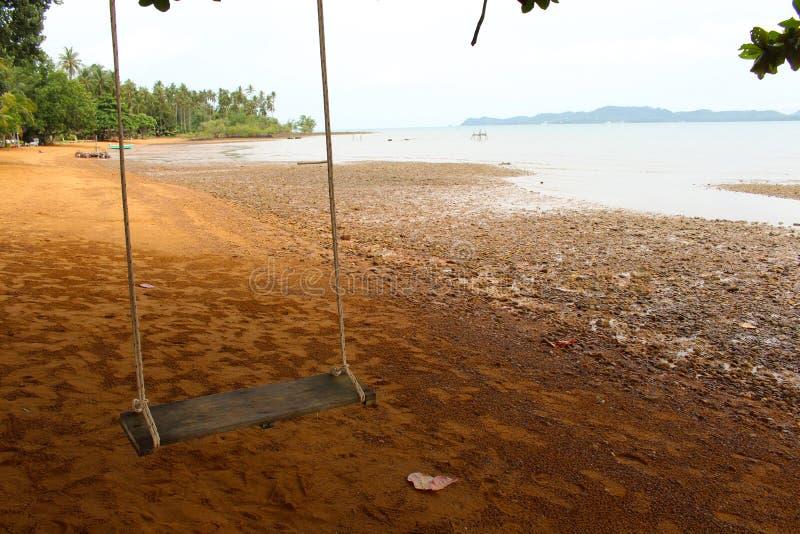 Oscillation sur la plage photos stock