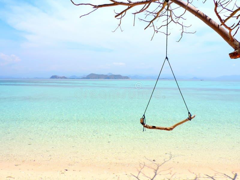 Oscillation sur une plage de paradis photos libres de droits