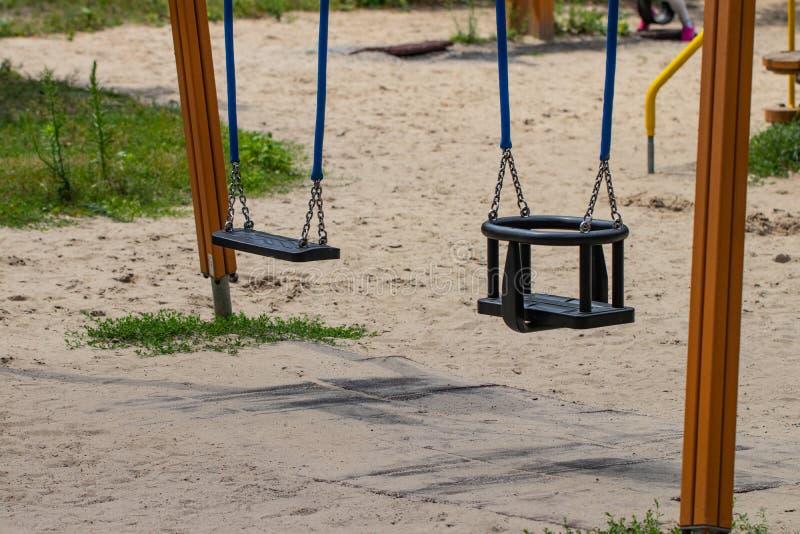 Oscillation vide d'enfants dans le terrain de jeu, plan rapproché images libres de droits