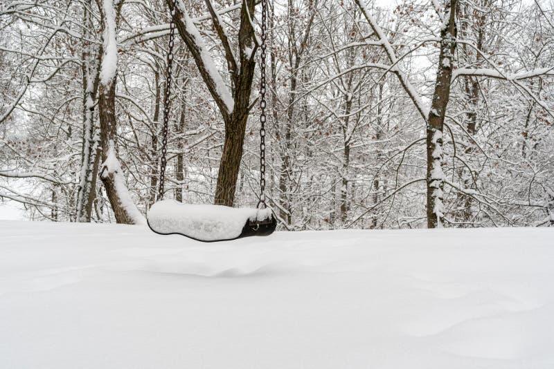 Oscillation vide en parc d'hiver photo libre de droits