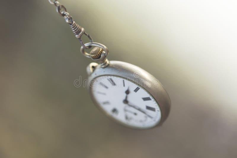 Oscillations d'horloge de poche comme l'écoulement inexorable du temps photo libre de droits