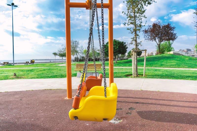 Oscillations de terrain de jeu du ` s d'enfants photos stock