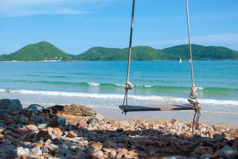 Oscillations en bois isolées devant la mer bleue photo libre de droits