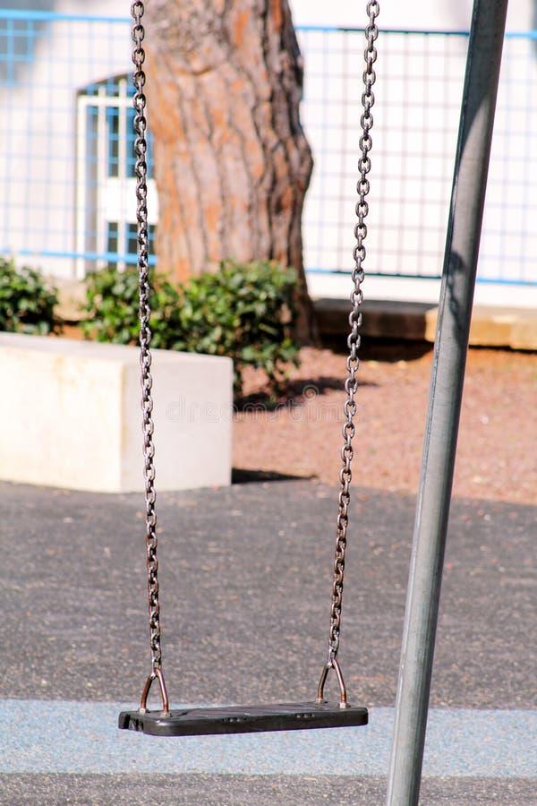 Oscillazione arrugginita del ferro nel parco della città fotografia stock libera da diritti