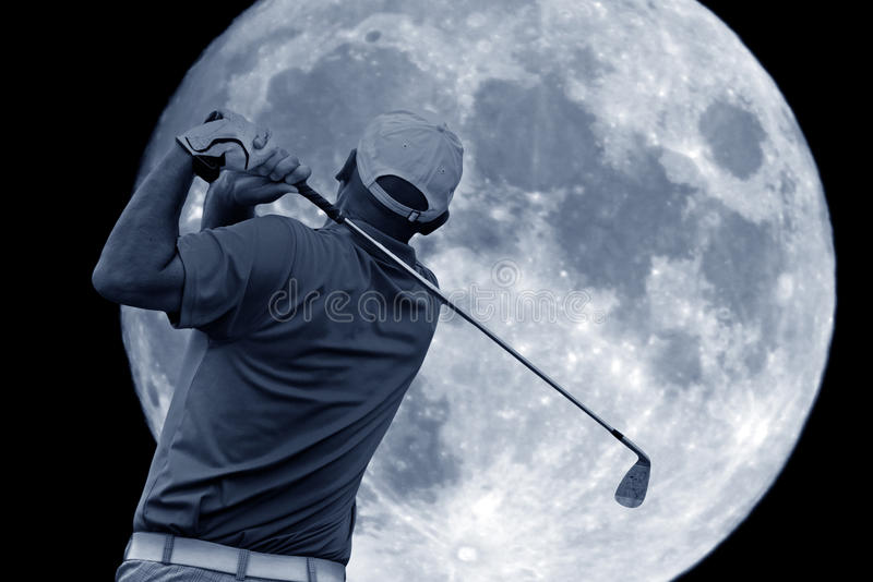 Oscillazione di golf e una grande luna fotografia stock