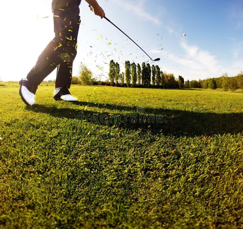 Oscillazione di golf sul corso Il giocatore di golf esegue un colpo di golf dalla f fotografia stock