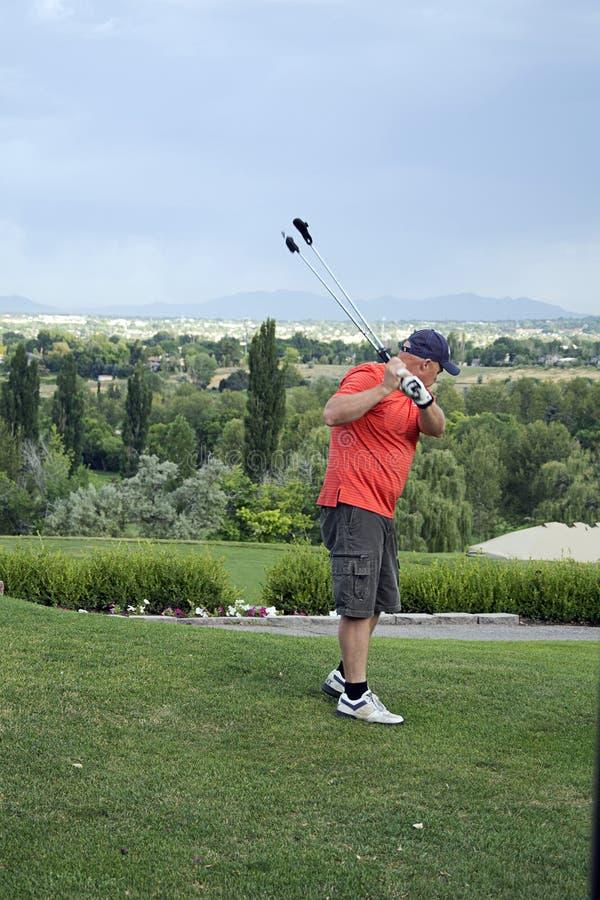 Oscillazione di pratica del giocatore di golf fotografia stock