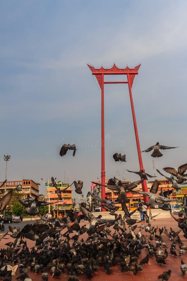 Oscillazione gigante o sao rossa Ching Cha con la folla del piccione, una o fotografie stock