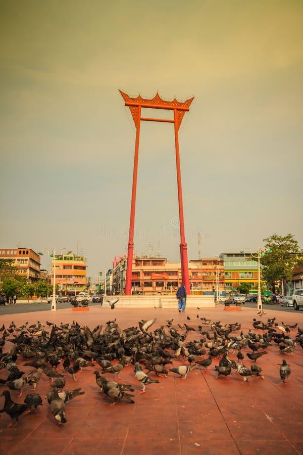 Oscillazione gigante o sao rossa Ching Cha con la folla del piccione, una o fotografie stock libere da diritti