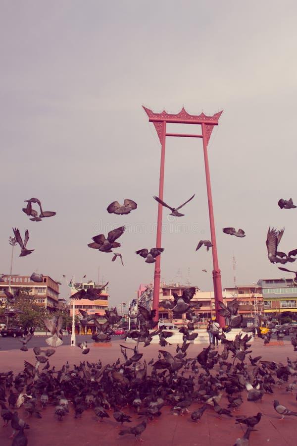 Oscillazione gigante rossa d'annata o sao Ching Cha con la folla del pigeo fotografia stock