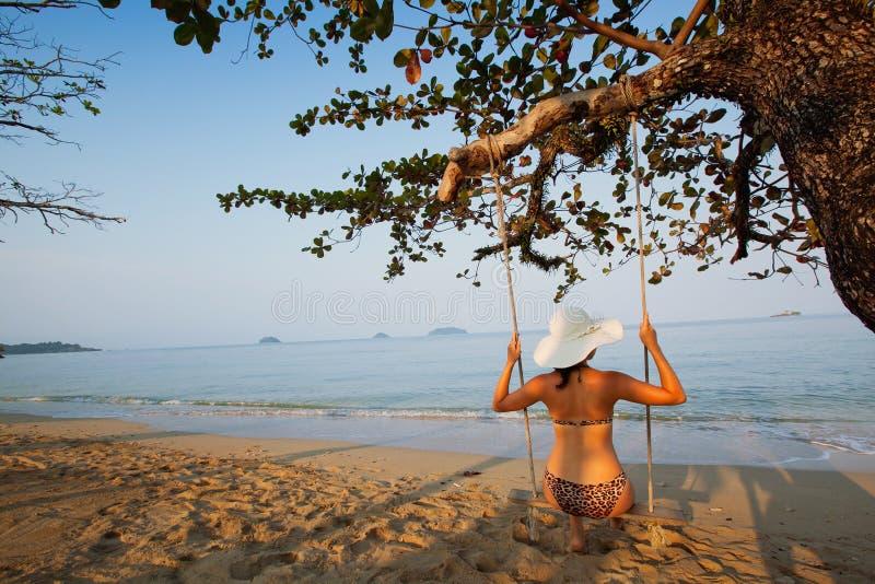 Oscillazione sulla spiaggia di paradiso fotografia stock