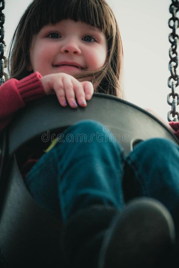 Oscillazioni del bambino su un insieme dell'oscillazione del parco immagine stock
