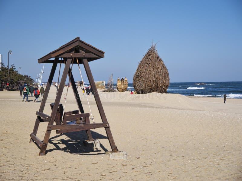 Oscillazioni di legno sulla spiaggia della città di Gangneung fotografia stock