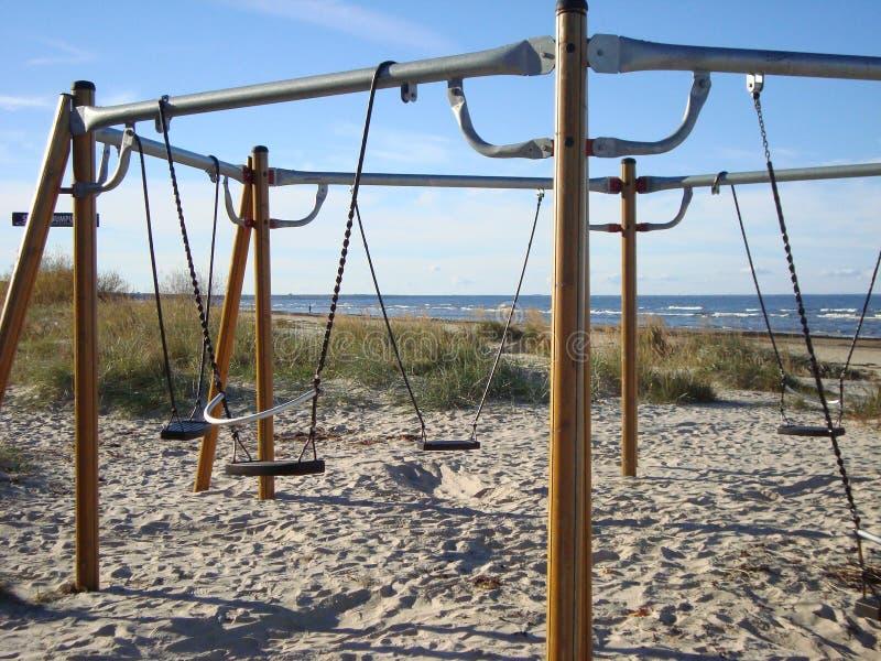Oscillazioni sulla spiaggia sabbiosa Spiaggia baltica immagine stock libera da diritti