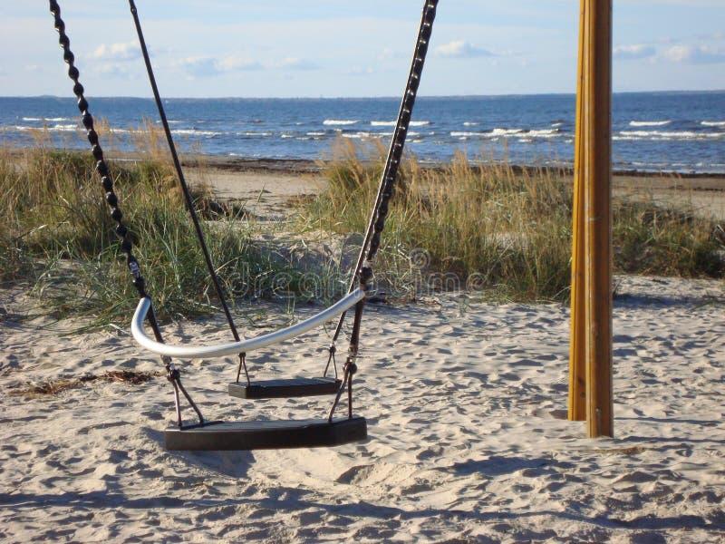 Oscillazioni sulla spiaggia sabbiosa Spiaggia di Autumn Baltic fotografie stock