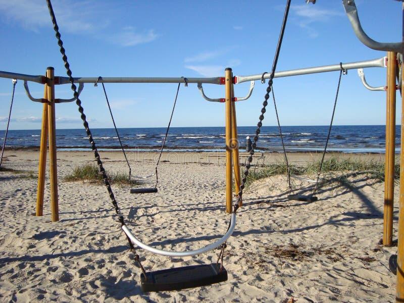 Oscillazioni vuote sulla spiaggia sabbiosa Spiaggia di Autumn Baltic immagine stock