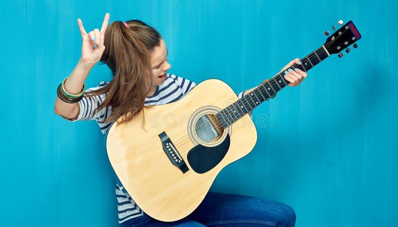 Oscilli sopra con musica della ragazza e della chitarra dell'adolescente fotografie stock libere da diritti