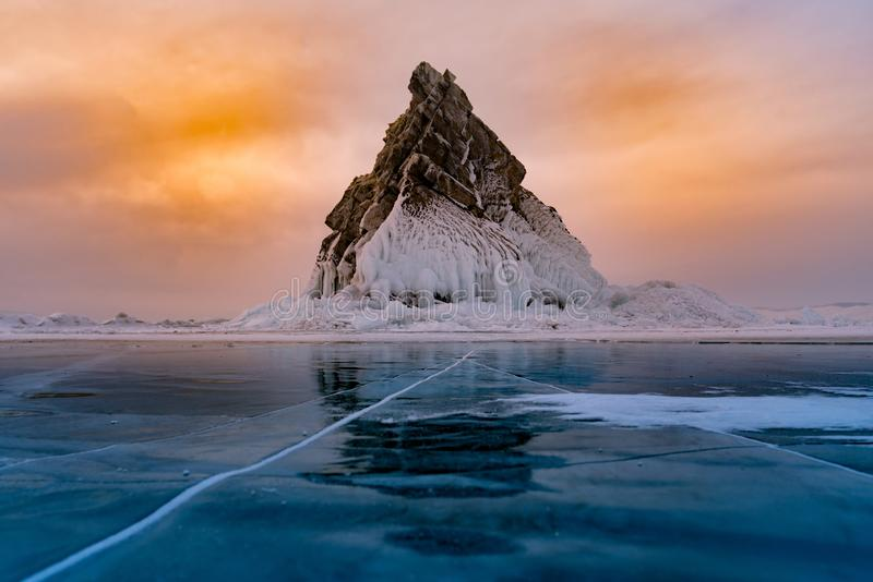 Oscilli stagione invernale sul lago dell'acqua della gelata, Baikal Russia fotografia stock
