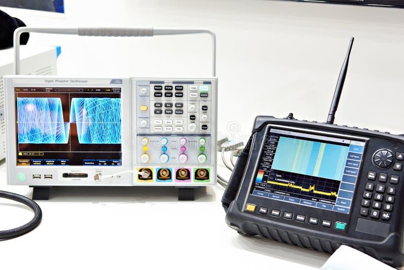 Oscilloscopio di Digital ed analizzatore di spettro immagine stock libera da diritti