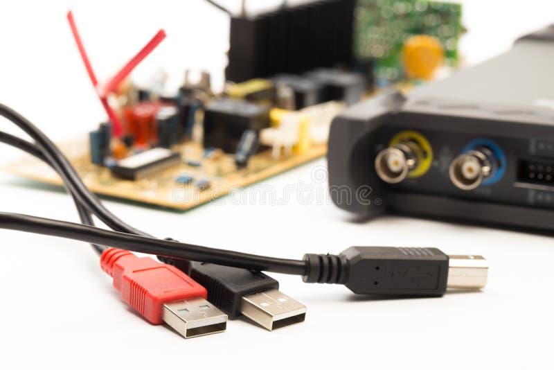 Osciloscópio moderno do sinal digital no branco fotografia de stock