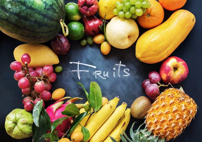 Oscuridad cruda de la comida del concepto de la consumición de las frutas tropicales foto de archivo libre de regalías