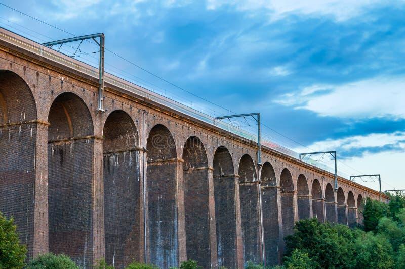 Oscuridad en el viaducto de Digswell en el Reino Unido imagen de archivo libre de regalías