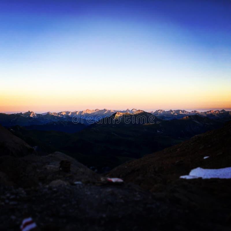 Oscuridad en la cima de la montaña imagen de archivo libre de regalías