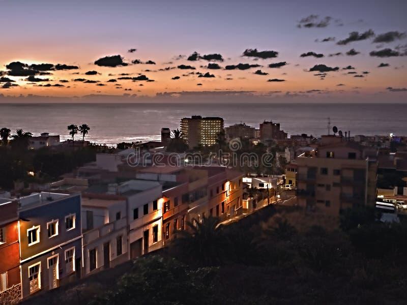 Oscuridad en la ciudad de Puerto de la Cruz en Tenerife, una calle romántica con las casas coloridas en la luz imagen de archivo libre de regalías
