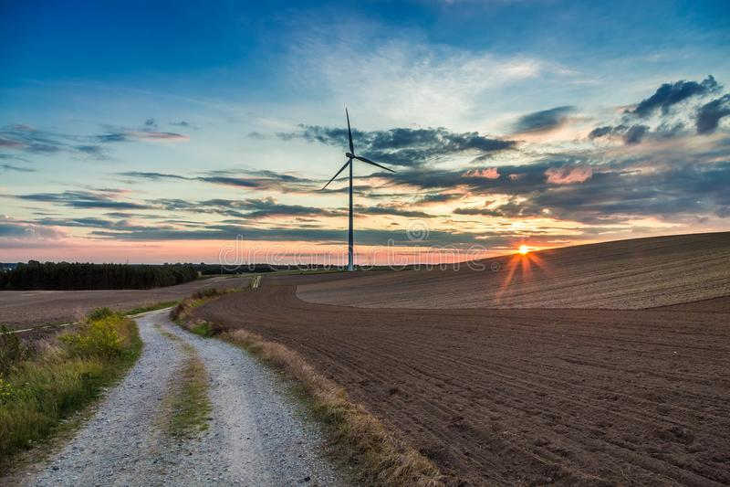 Oscuridad maravillosa en el campo con la turbina de viento en otoño, Polonia imágenes de archivo libres de regalías