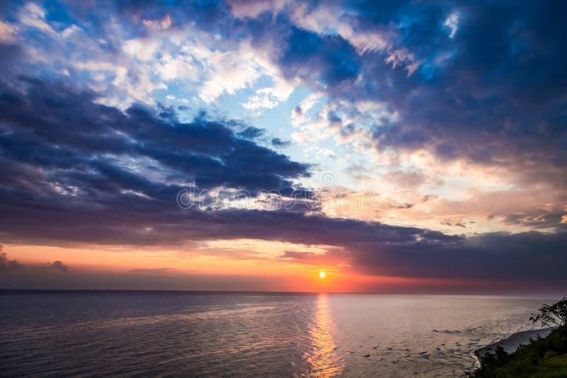 Oscuridad maravillosa sobre el océano tranquilo en verano, mar Báltico foto de archivo libre de regalías