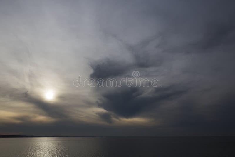 Oscurità e luce sul mare immagini stock libere da diritti