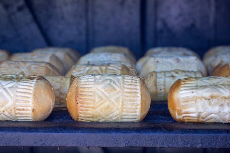 Oscypek специальности сыра polisch в процессе стоковая фотография