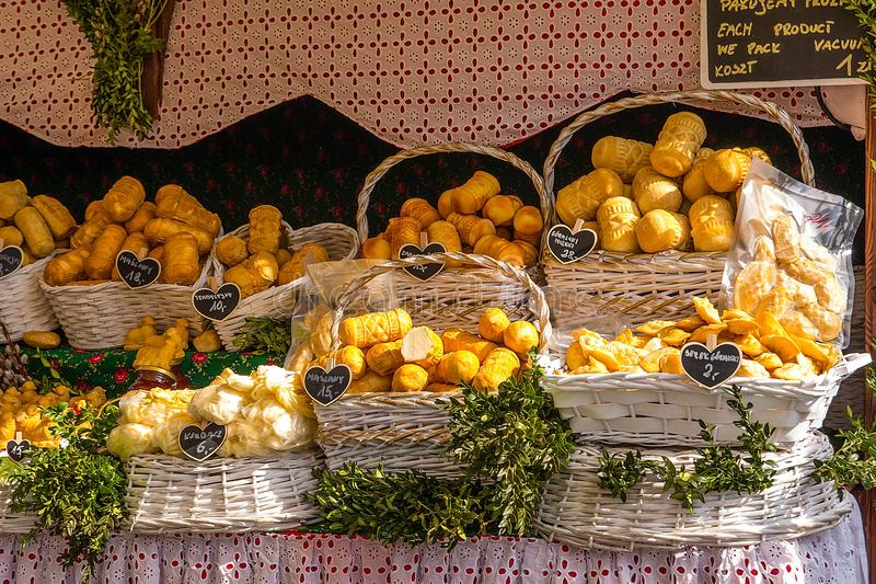 Oscypek - formaggio affumicato tradizionale fatto del latte di pecore salato Esclusivamente in montagne Polonia di Tatra fotografia stock