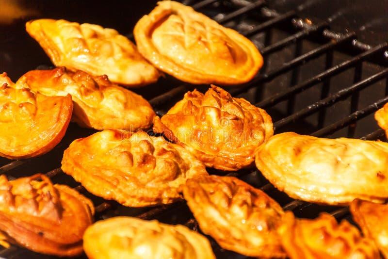 Oscypek - formaggio affumicato tradizionale fatto del latte di pecore salato su una griglia Il polacco tradizionale ha fumato il  fotografie stock