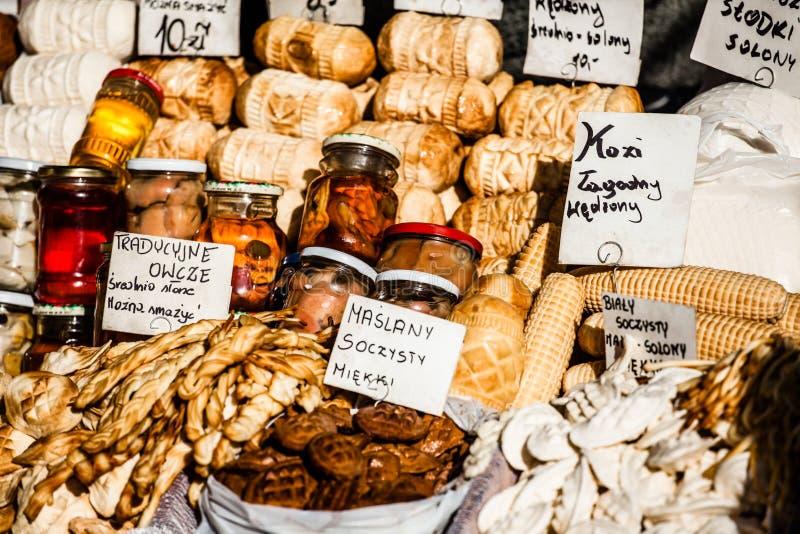 Oscypek fumado polonês tradicional do queijo no mercado exterior em Zakopane fotografia de stock