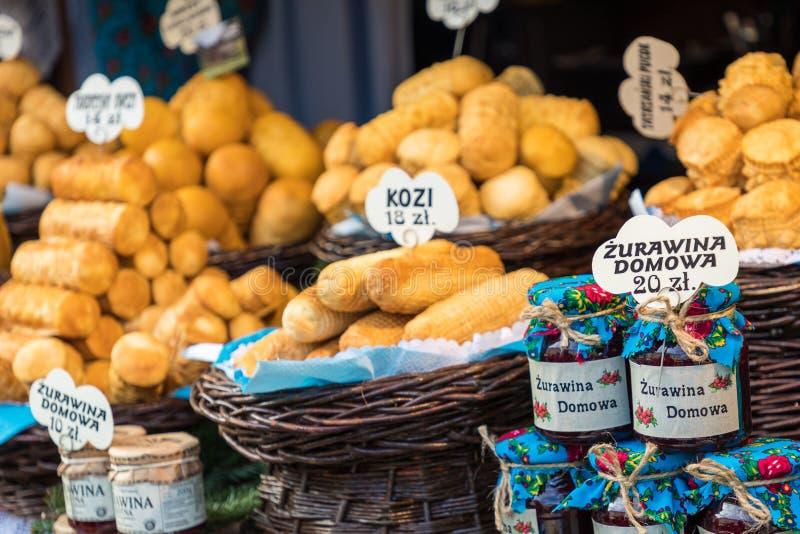 Oscypek fumado polonês tradicional do queijo no mercado do Natal dentro imagens de stock royalty free