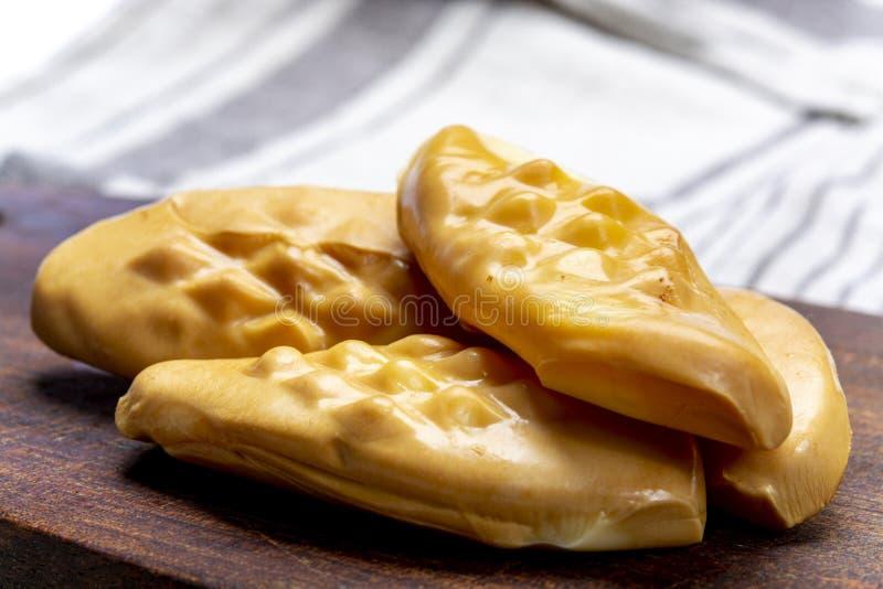 Oscypek oder Oszczypek rauchten den Käse, der ausschließlich von gesalzener Schafmilch in Tatra-Bergen, Zakopane, Polen gemacht w stockfoto