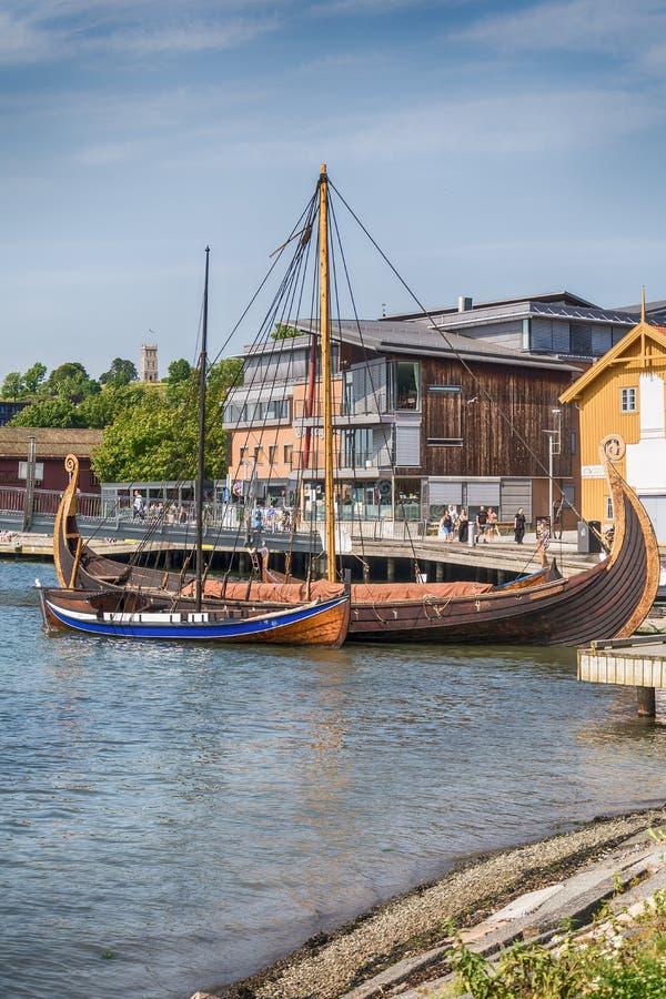 Oseberg北欧海盗船和她的拷贝在海湾, Tonsberg,挪威 免版税库存照片