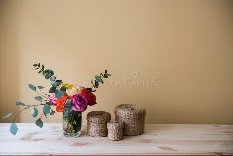 Oses en un florero y cajas decorativas fotos de archivo