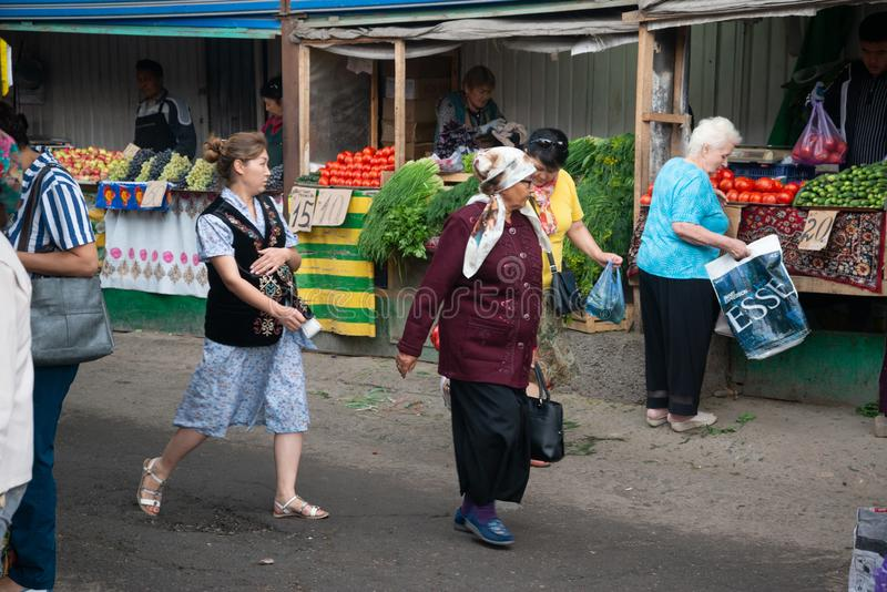 Osh bazaar op een bewolkte dag in Bisjkek, Kirgizië royalty-vrije stock foto