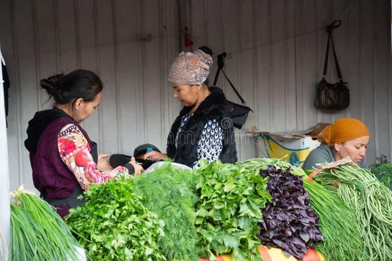 Osh bazaar op een bewolkte dag in Bisjkek, Kirgizië royalty-vrije stock fotografie