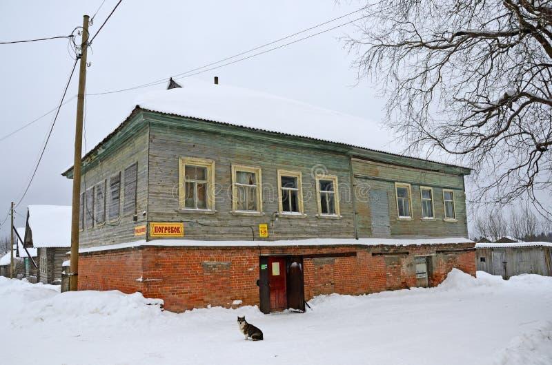 Oshevensk, pueblo de Shiryaikha, Rusia, Febryary, 11, 2018 Monumento de la planificación urbana y de la arquitectura - casa resid imagenes de archivo