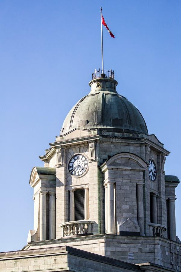 Osiąga na Quebec miasta parlamentu budynku z niebieskim niebem w tle fotografia stock