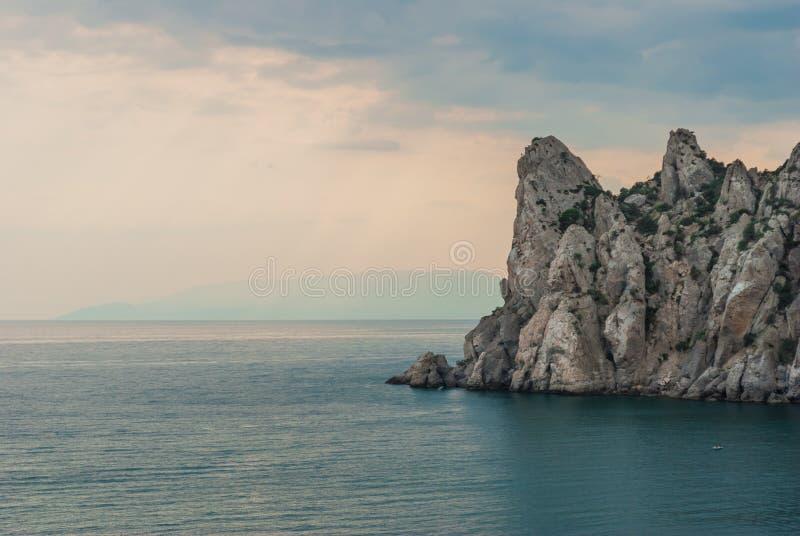 Osiągająca szczyt skała w morzu zdjęcia stock