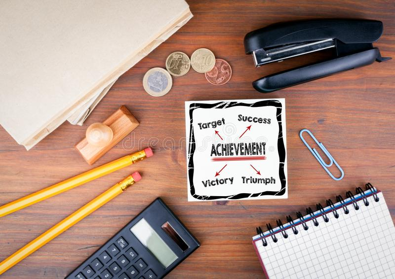Osiągnięcia pojęcie Biurowy biurko z materiały, mapy i komunikaci tłem, obraz stock