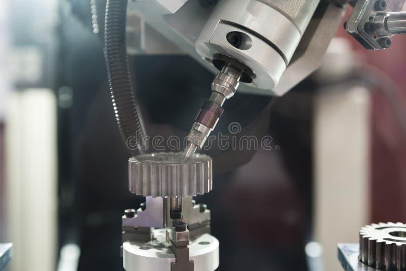Osi Komputerowej Numerycznej kontrola CNC maszyna podczas gdy cięcie zdjęcie royalty free